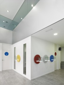 Expositores de audífonos con formas y colores corporativos