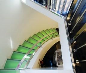 Diseño tienda de complementos en Ponferrada. Escalera iluminada
