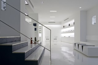 Diseño de óptica en Ponferrada. Escalera-expositor y mesa-revistero