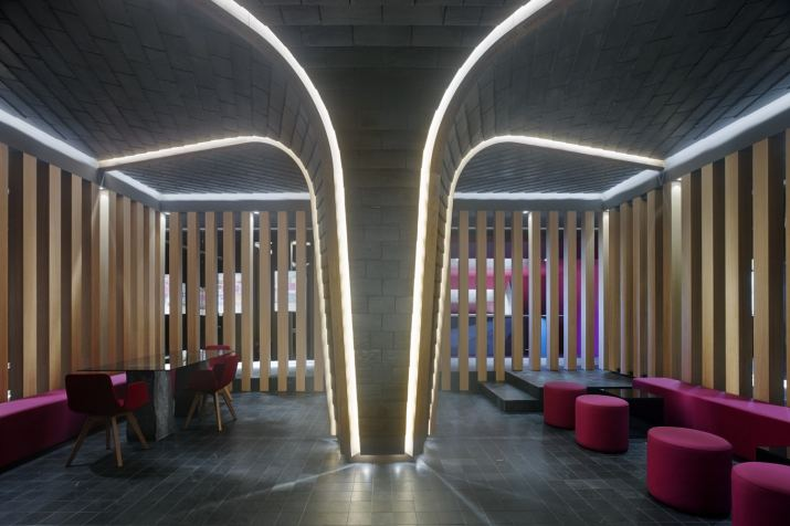 Árbol Cupa y pilares del claustro del Showroom experiencial de Cupa Pizarras en Galicia