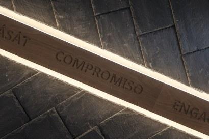 Ramaje simulado del Árbol Cupa con los valores corporativos del nuevo Showroom experiencial de Cupa Pizarras en Galicia