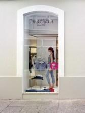 Escaparate lateral en diseño interior de tienda de moda de mujer Jonathans