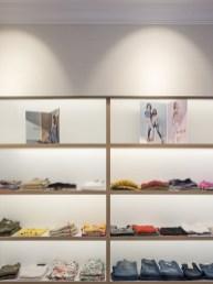 Vista frontal de exposición en diseño interior de tienda de moda de mujer Jonathans
