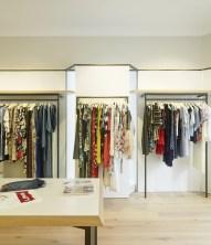 Exposición-cuelgue. Detalle acceso (cerrado) a escaparates en diseño interior de tienda de moda de mujer Jonathans