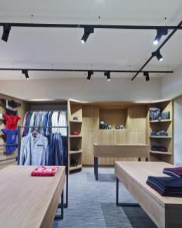 Detalle iluminación en tienda de moda hombre Madrás en Viveiro-Lugo