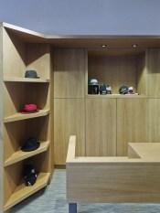 Detalle mobiliario puesto de venta en tienda de moda hombre Madrás en Viveiro-Lugo