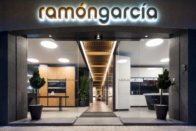 Fachada en Diseño de showroom de cocinas para Grupo Ramón García