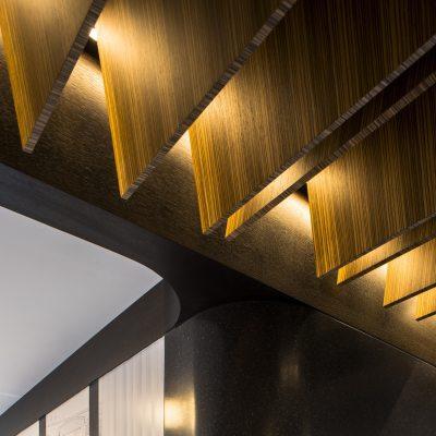 Lamas tablero rechapado zebrano de Finsa en Diseño de showroom de cocinas para Grupo Ramón García