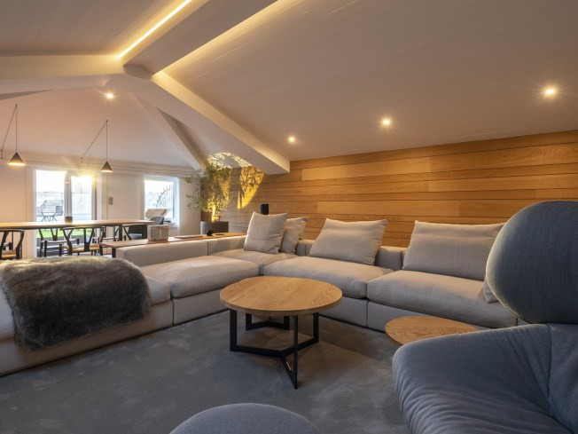 Sofá Groundpiece de Flexform, mesas de centro a medida. Diseño y equipamiento vivienda en la costa.