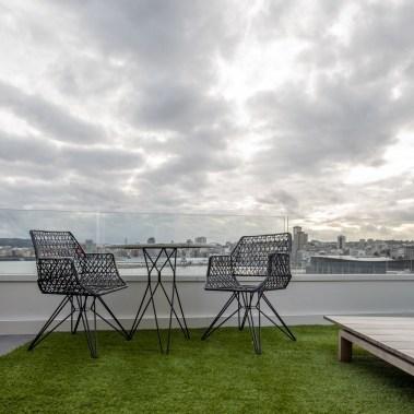 Terraza en diseño y equipamiento vivienda en la costa. Sillas y mesa modelo Anti C 105 de Lobster's Day.