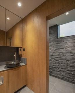 Lavabo en piedra natural de The Bathco en Interiorismo Estratégico en comedor para clientes de CUPA Pizarras