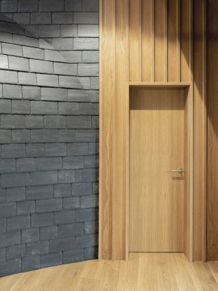 Detalle pizarra y madera en Interiorismo Estratégico en comedor para clientes de CUPA Pizarras