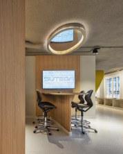 Pequeña mesa de presentaciones en Diseño de oficinas Sutega LAB
