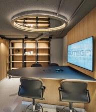 Detalle iluminación y mesa de presentaciones en Diseño de oficinas Sutega LAB