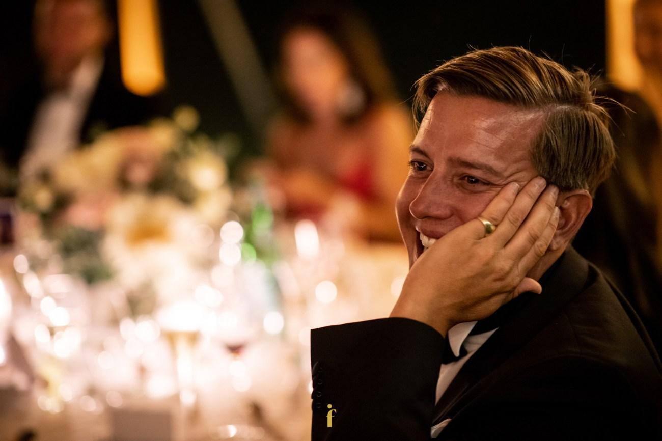 un invité du mariage explose de rires