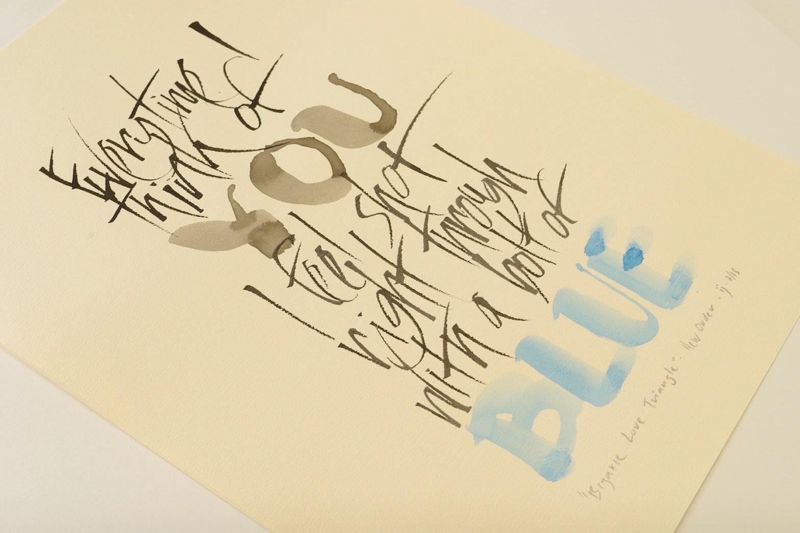 trabalho de caligrafia que mistura linhas escritas em nanquim com aquarela