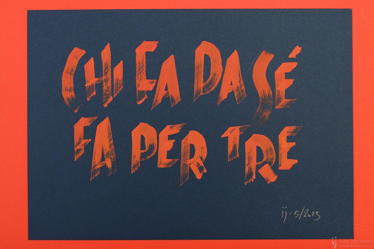 Trabalho de caligrafia em letras maiúsculas vermelhas sobre fundo azul escuro