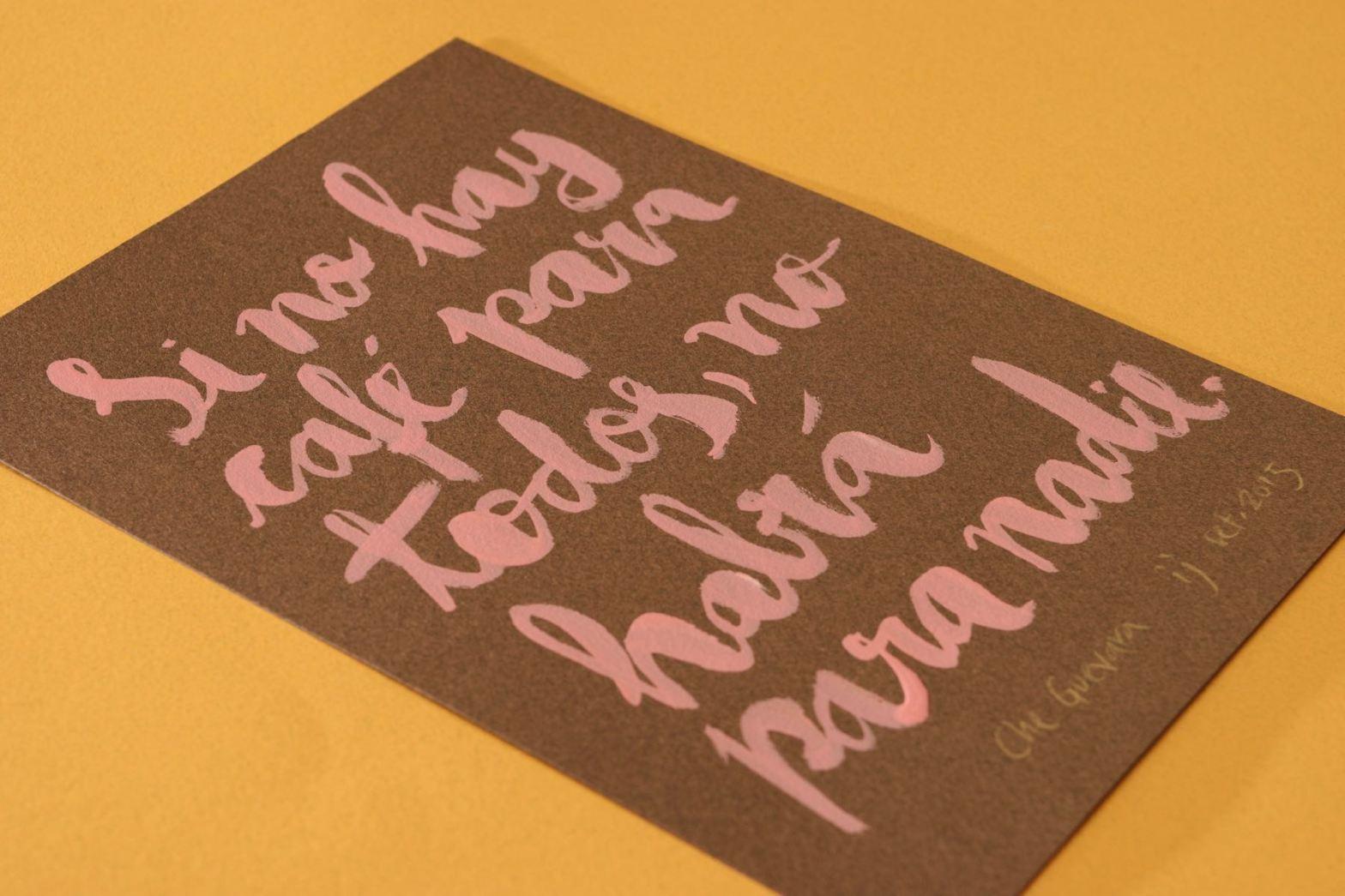 Trabalho de caligrafia em letra cursiva rosa, feita à pincel, sobre papel marrom
