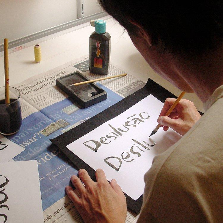 Ivan escreve título do filme com pincel japonês