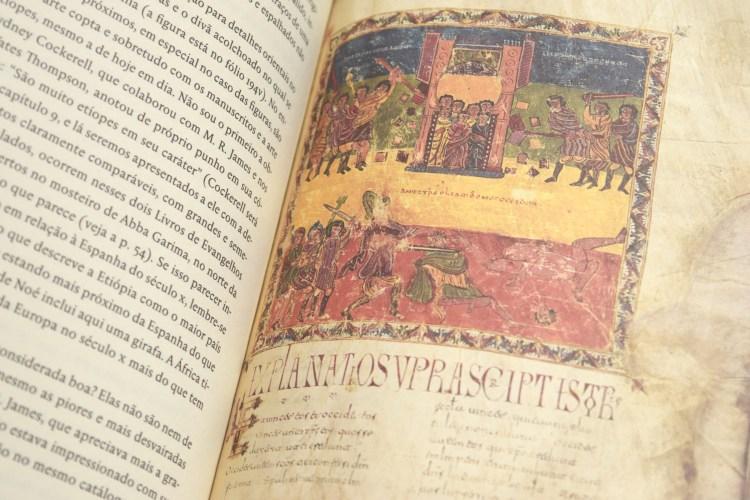 Livro aberto mostrando página de texto e reprodução de manuscrito e iluminura colorida