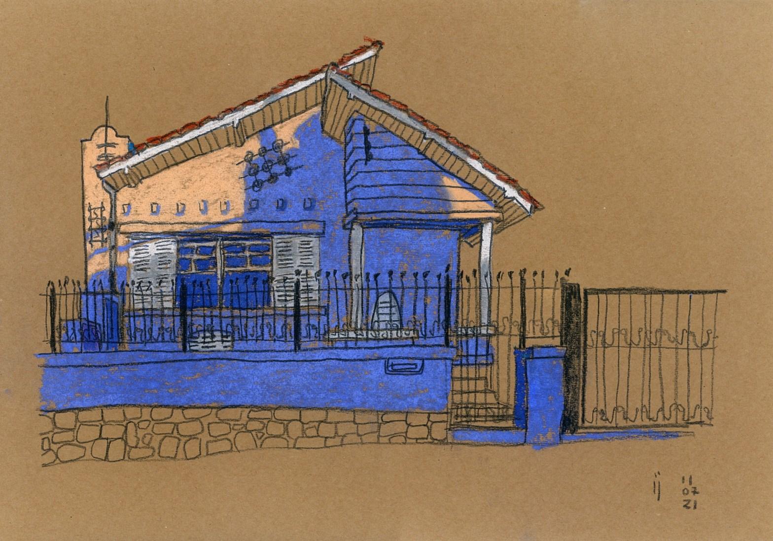 Desenho a pastel seco sobre papel kraft pardo mostrando a fachada de uma casa de um pavimento com telhados de duas águas. O sol projeta sombras azuis na fachada