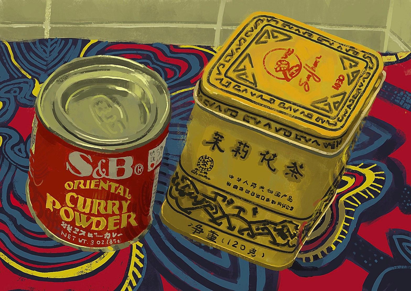 """Pintura colorida com duas latas em primeiro plano. A da esquerda, onde se lê """"Oriental curry powder"""" é menor, cilíndrica e vermelha. A outra é um paralelepípedo amarelo com caracteres chineses. Cobrindo a superfície, tem uma toalha estampada colorida"""
