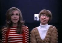«¡Gasseeet!». Mercedes Juste como Justa y Judy Stephen como Judy.