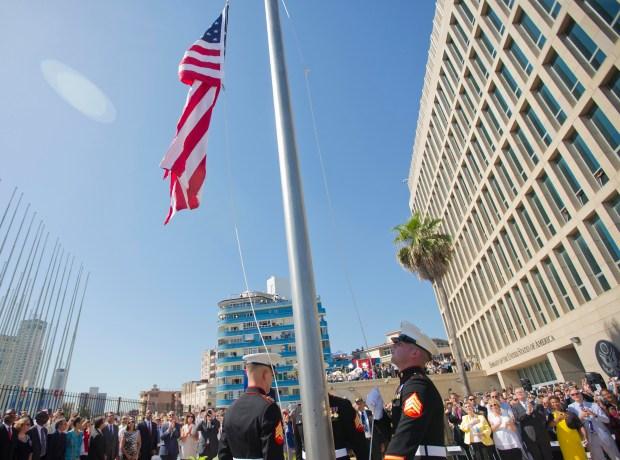 Marines izan la bandera de Estados Unidos durante la ceremonia de reapertura de la embajada de ese país en La Habana, Cuba, el viernes 14 de agosto de 2015. (AP Foto/Pablo Martinez Monsivais,Pool)