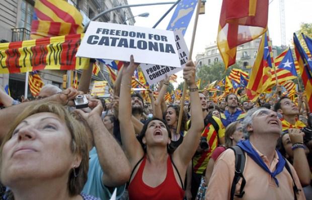 """NAC243. BARCELONA, 11/09/2012.- Miles de ciudadanos participan esta tarde en la multitudinaria manifestación convocada esta tarde en el centro de Barcelona por la Asamblea Nacional Catalana con motivo de la Diada del Onze de Setembre bajo el eslogan """"Cataluña, nuevo Estado de Europa"""". EFE/Andreu Dalmau"""