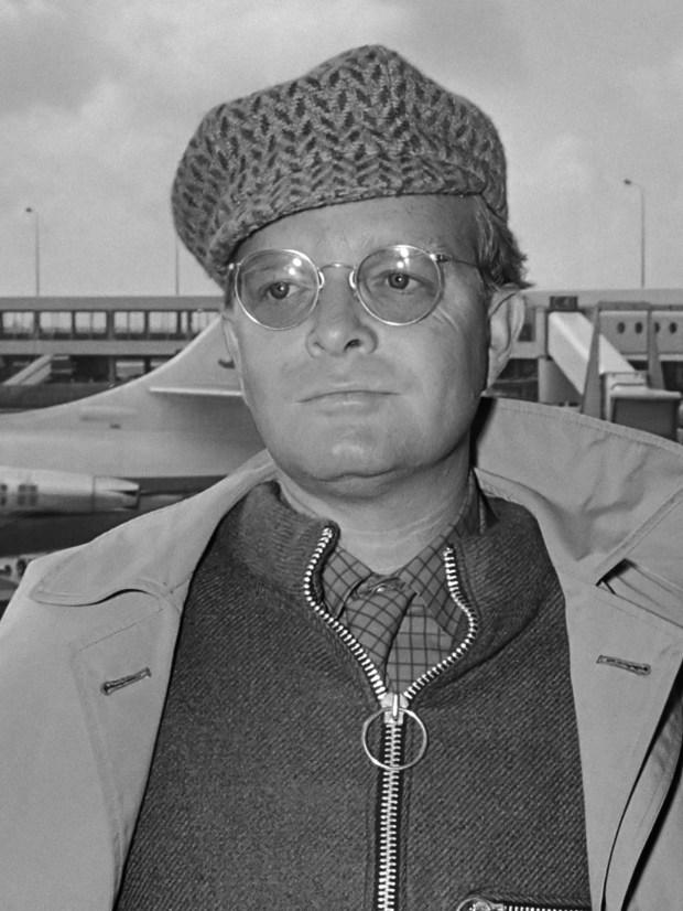 """Aankomst schrijver Truman Capote (links) en regisseur Richard Brooks op Schiphol voor de première van de film """"In Koelen Bloede"""" (""""In Cold Blood"""") *14 maart 1968"""