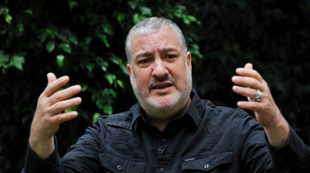 US photographer and artist Spencer Tunick gestures during an interview with AFP in Bogota, Colombia, on June 2, 2016. Tunick will shoot images of a mass of naked volunteers next June 5 in Bogota's Bolivar square. / AFP / GUILLERMO LEGARIA