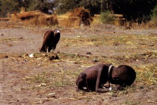 Judul: Stricken Child Crowling Towards a Food Camp (1994) Fotografer : Kevin Carter