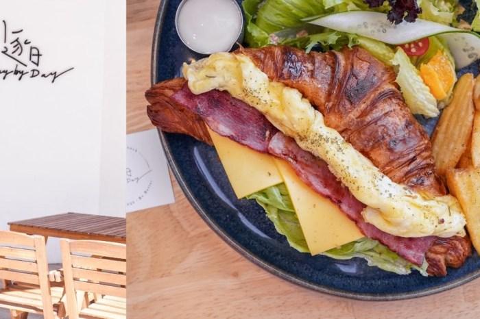 逐日早午餐 |台中北屯網美早午餐,可頌酥脆感直逼餅乾,還吃得到10公分菠蘿漢堡!