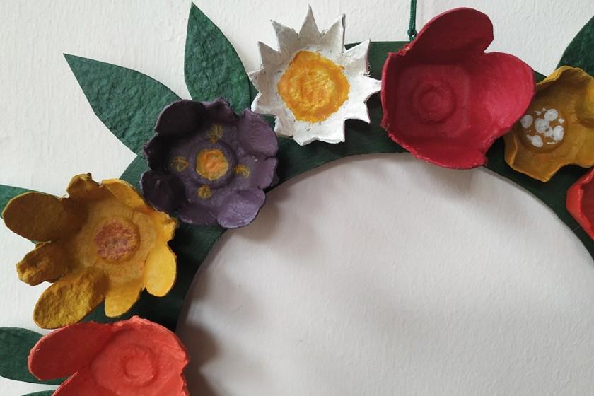 χειροποίητο στεφάνι με λουλούδια από αβγοθήκες