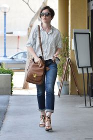 lily-collins-street-style-leaving-earthbar-in-west-hollywood-may-2015_1