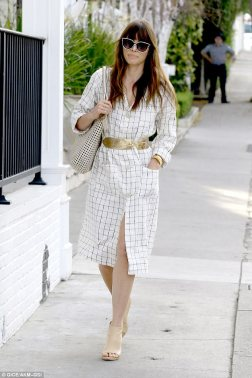 3E47597600000578-4314922-A_bit_of_all_white_Jessica_Biel_rocked_all_white_and_gold_as_she-a-208_1489559895405