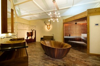 Elegant Bathtubs Made Entirely of Wood 02