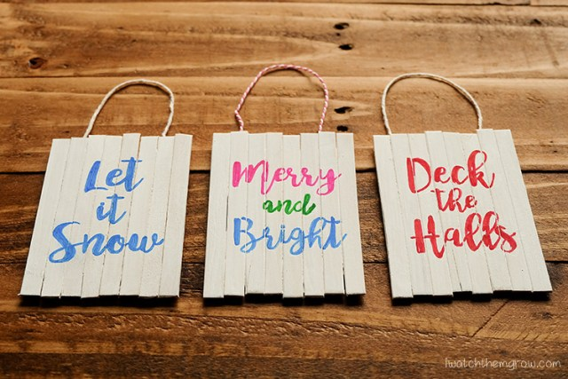 How to make a mini pallet sign Christmas ornament using basic craft supplies! These are so cute!