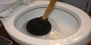 How to unblock a badly blocked toilet and how to unclog toilet when nothing else works