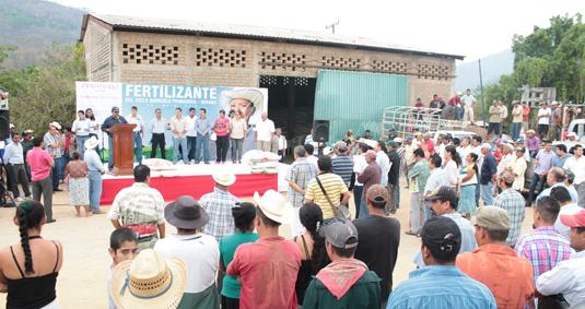 entrega-de-fertilizante-zihuatanejo-vallecitos