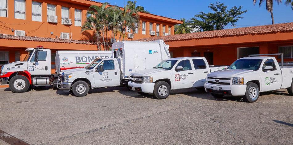 astudillo-zihuatanejo-muelle-ayuntamiento.jpg