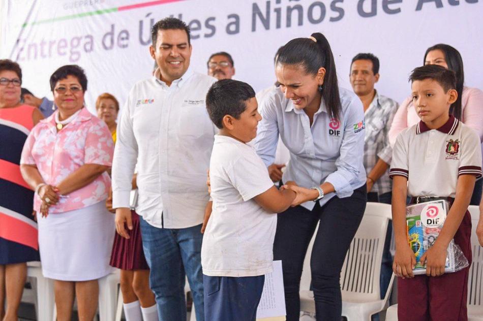 entrega-de-utiles-escolares-zihuatanejo-2019--.jpg