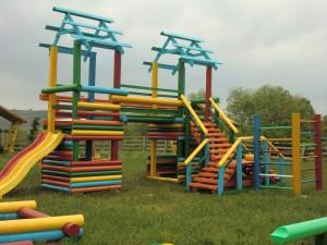 детская площадка из оцилиндрованного бревна
