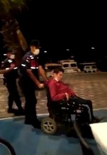 Yolda kalan engelli vatandaşın yardımına jandarma yetişti