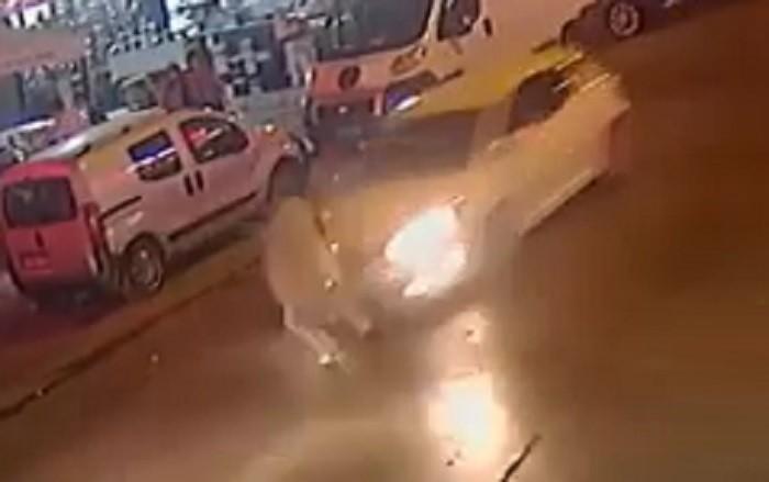 Yolun karşısına geçmeye çalışan vatandaşa otomobil çarptı; o anlar kamerada