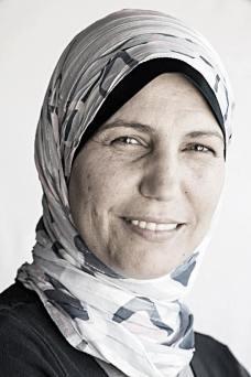 Achlaszt világi arab nőként ismertem meg, aztán miután muzulmán férfival házasodott, ő is vallásos külsőt öltött. A kémiai labor vezetőjeként dolgozik.