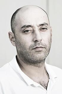 Vadim katonatiszt volt Oroszországban, itt többször meggyűlt a baja a rendőrséggel, aztán jobb útra tért, és programozó diplomát szerzett. A gyárban a termelés számítógépes irányítását kezeli.