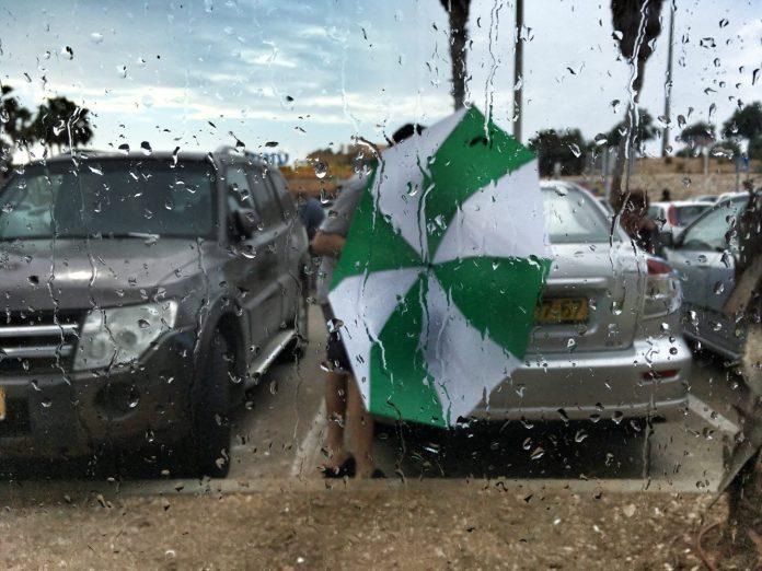 Elő az ernyőkkel! - fotó: Kallos Bea / Izraelinfo