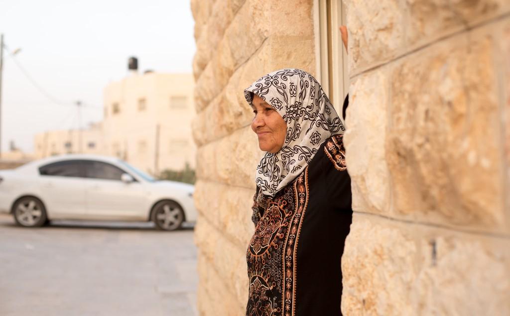 Az Abusarah család matriarchája áll a háza előtt al-Azariya-ban, Ciszjordániában, 2018 május - fotó: Gabi Berger