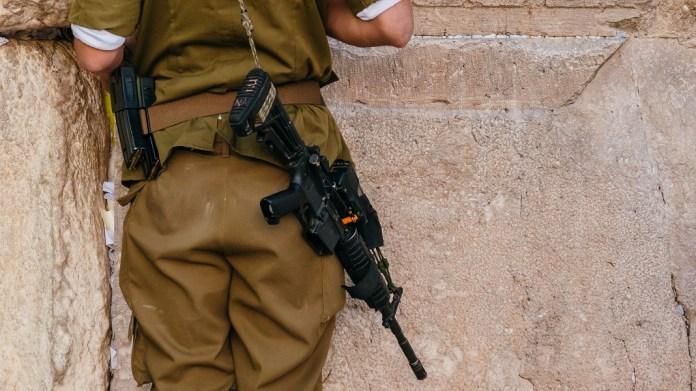 izraeli katona puskaval a siratofalnal jeruzsalemben